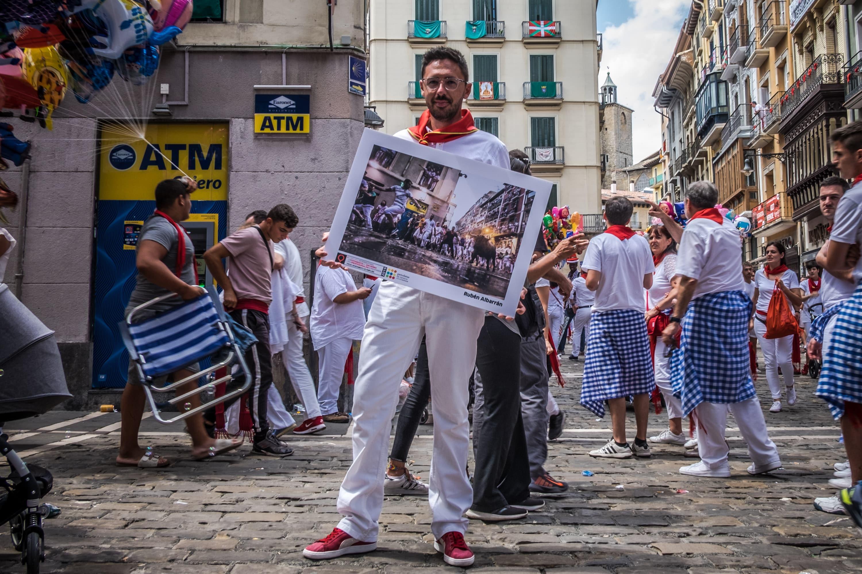 Rubén Albarrán, con la foto ganadora del concurso, en la curva de Mercaderes.