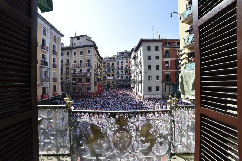 La Plaza Consistorial desde el balcón del Ayuntamiento. Foto sanferminoficial.com.