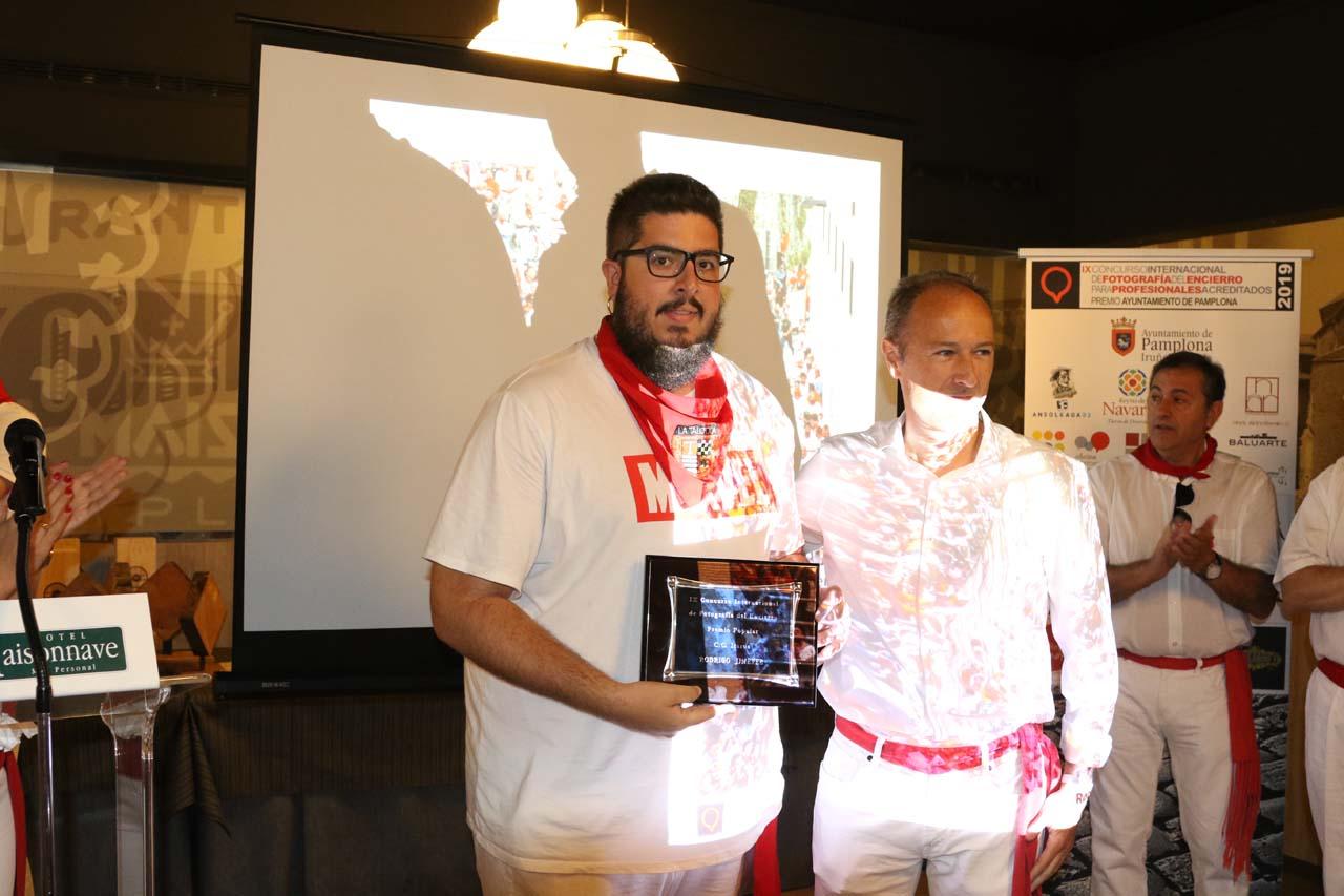 Rodrigo Jiménez ganó el premio del jurado popular, entregado por el gerente del centro comercial Itaroa, Patxi Biurrun.