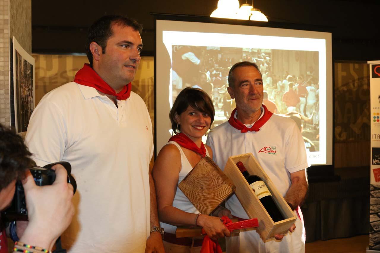 El presidente de la DO Vinos de Navarra, David Palacios; la ganadora del tramo de Mercaderes, Natalia Gómez; y José Luis Díez, de Bodegas Chivite.