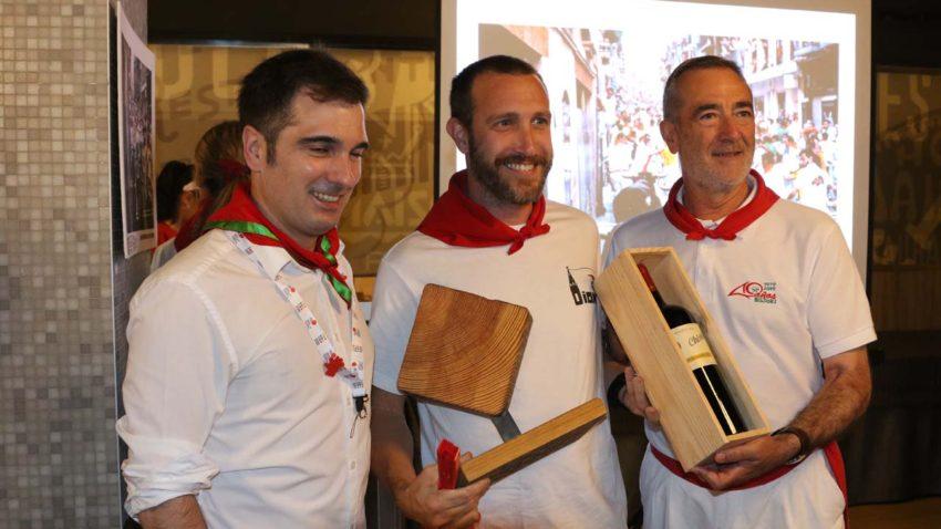 Miguel Moreno, de la Asociación de Periodistas de Navarra, y el ganador del tramo de la foto del tramo de Estafeta, Javier Martínez de la Puente.