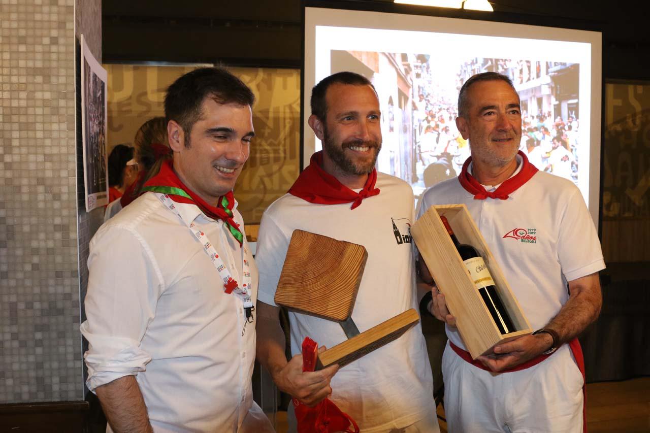 Miguel M. Ariztegi, de la Asociación de Periodistas de Navarra, y el ganador de la foto del tramo de Estafeta, Javier Martínez de la Puente.