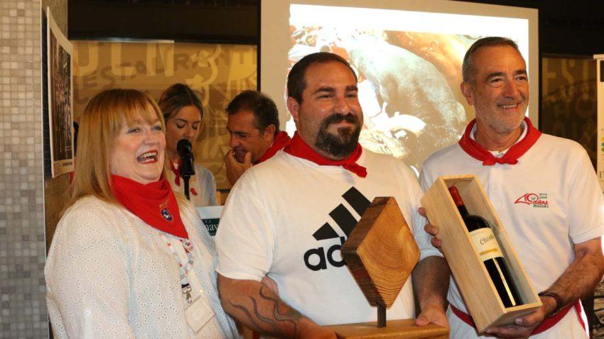 Lucinda Poole, de la OIP; y el ganador del tramo de bajada al Callejón, Daniel Fernández (centro).