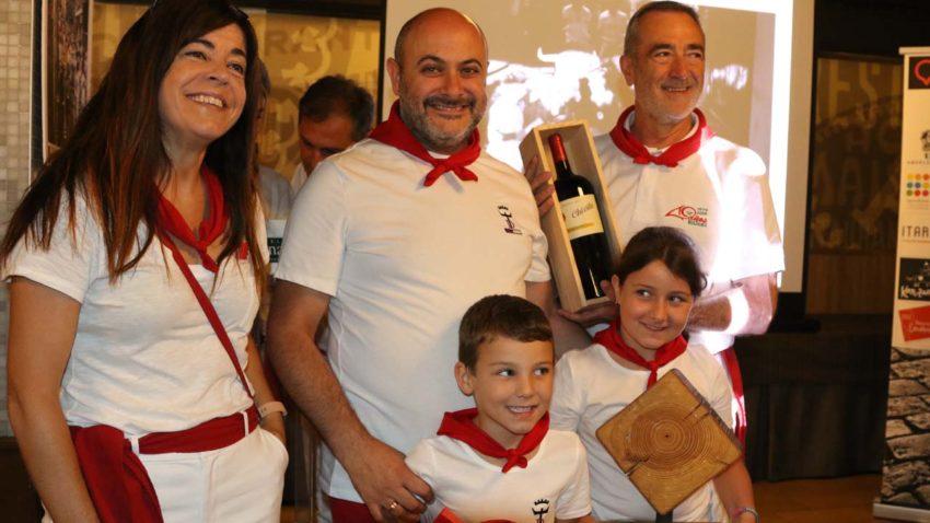 Marta Borruel, de Reyno Gourmet, entregó el premio al ganador de la foto del tramo del Callejón, David González del Campo, acompañado por sus hijos, Rubén y Carolina.