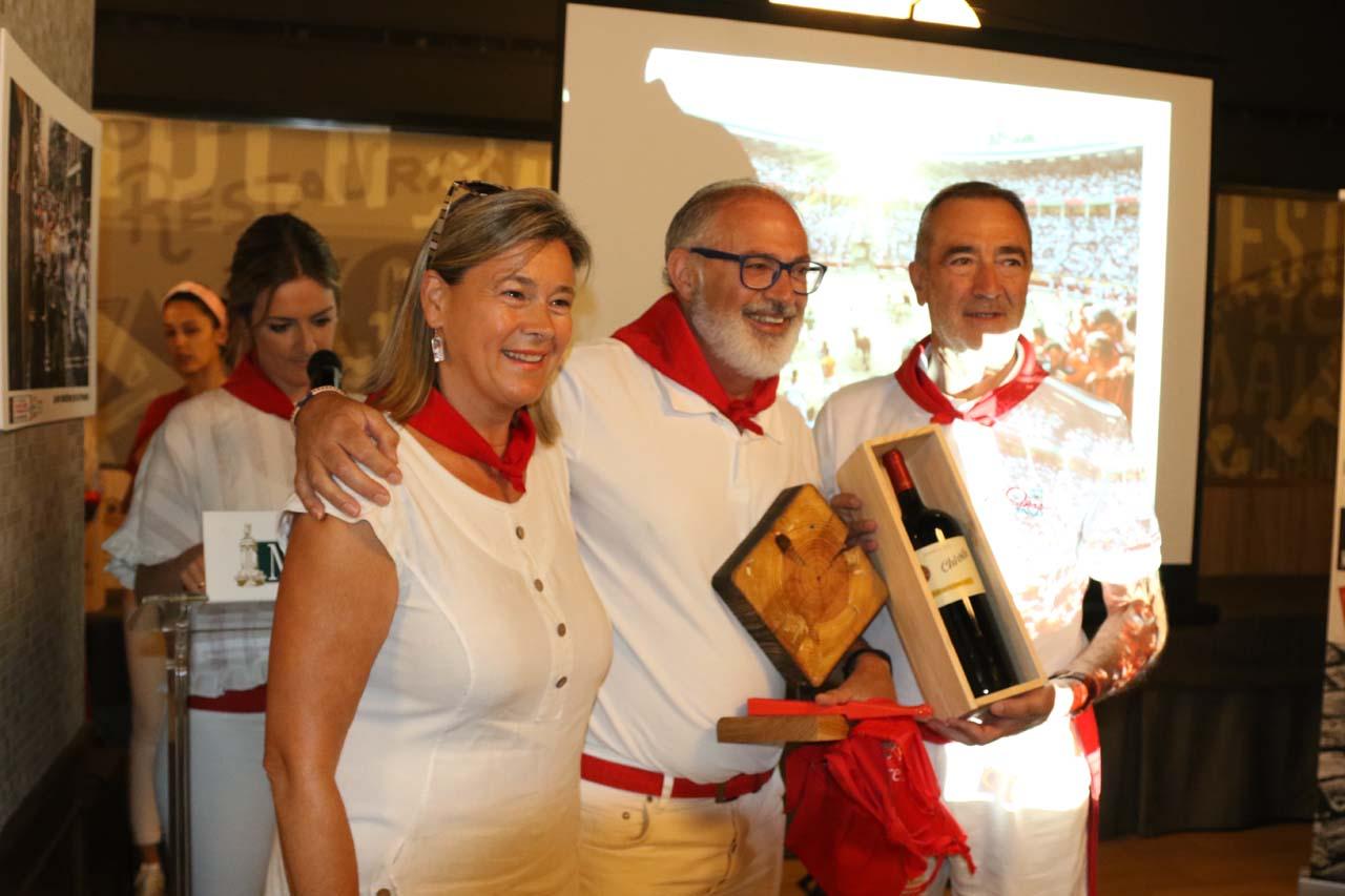 Beatriz Sola, representante de Turismo del Gobierno de Navarra, junto al fotógrafo Ricardo Badenes, ganador del tramo de la plaza de toros, y José Luis Díez, de Bodegas Chivite.