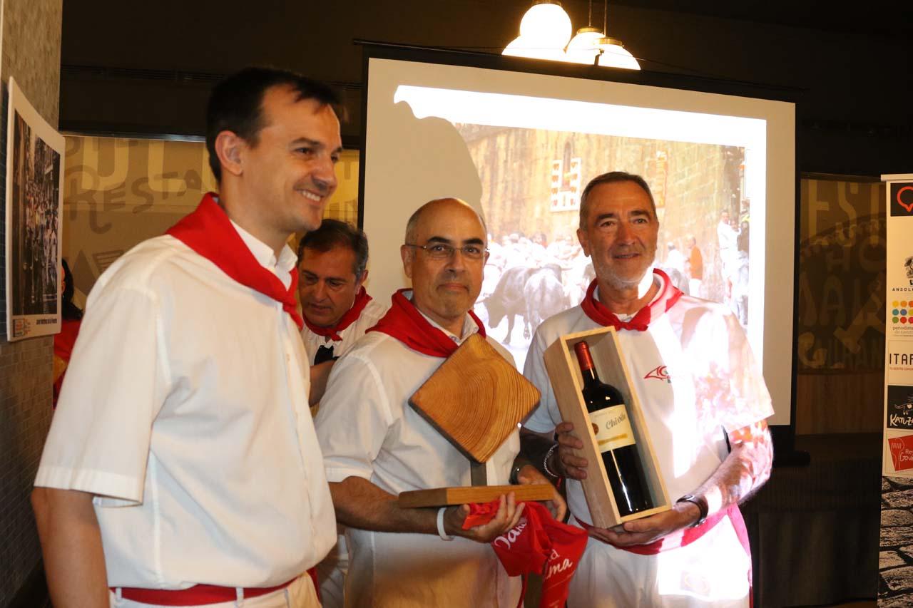 Patxi Senosiain, representante de CaixaBank, junto a José Ángel Ayerra, ganador de un premio especial.