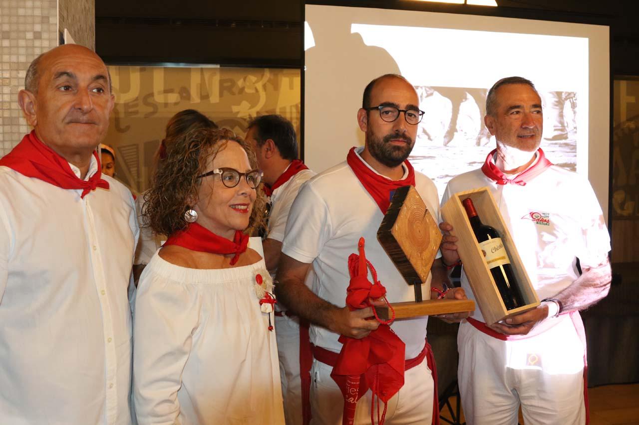 El fotógrafo Alejandro Miguel Simón, con la tajada de poste, ganador de un premio especial del concurso. Entregaron el premio Koldo Delgado y María, de La Botería.