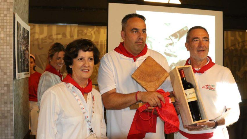 Fátima Ruiz, coordinadora de la OIP, con el galardonado del tramo del Callejón, Miguel Fernández Malumbres (centro).