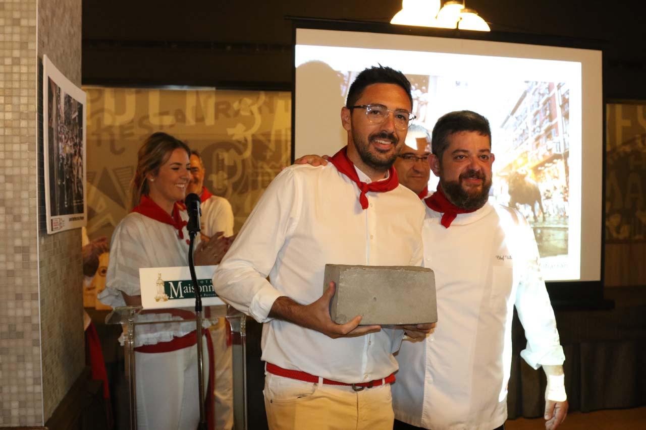 Rubén Albarrán, con el adoquín que le reconoce como ganador del concurso, junto a Ulises Mejía, del restaurante Caravinagre/Ansoleaga 33.