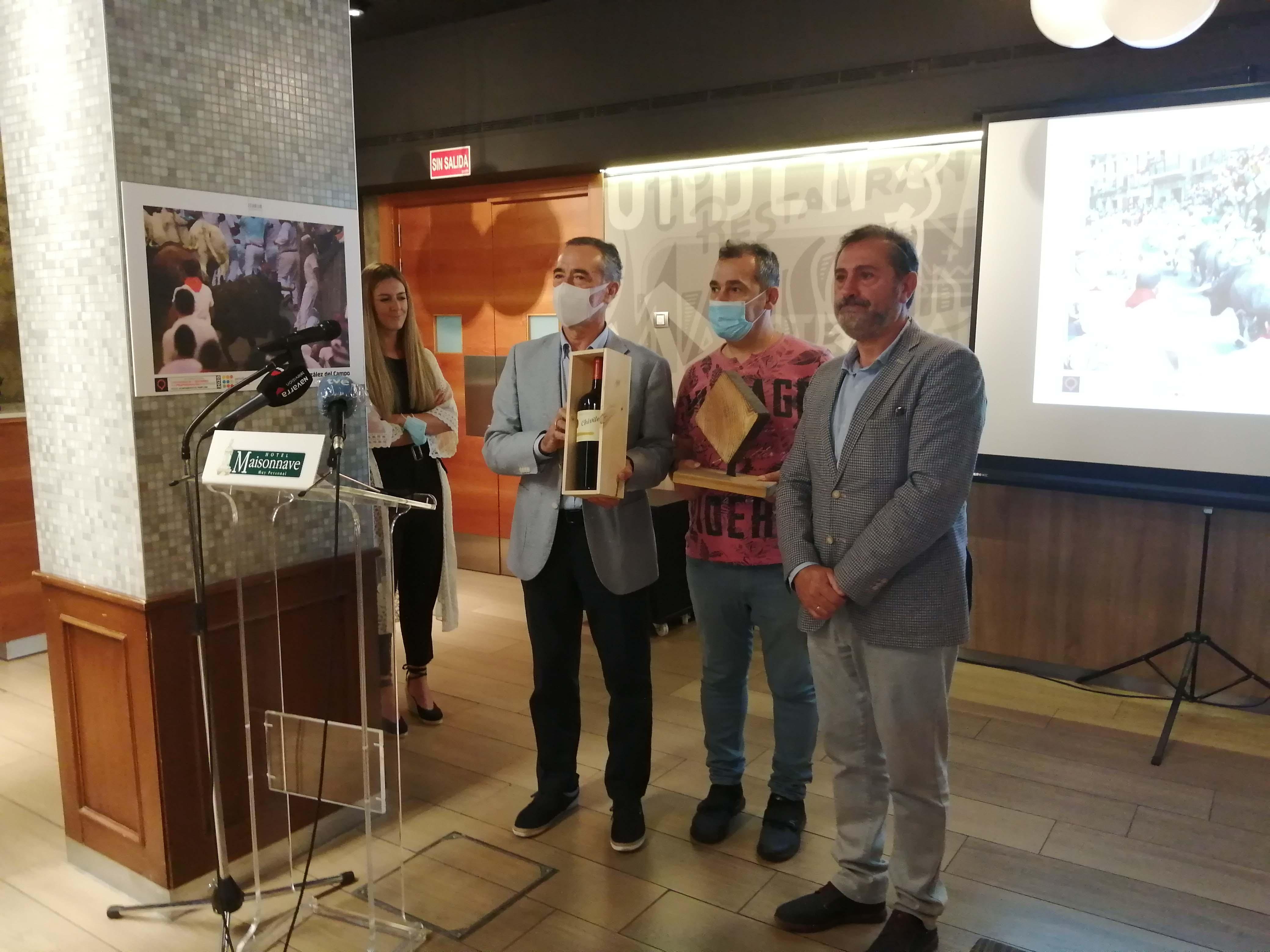 Patxi Pérez entrega el premio especial Reyno Gourmet a Emilio Navarro.