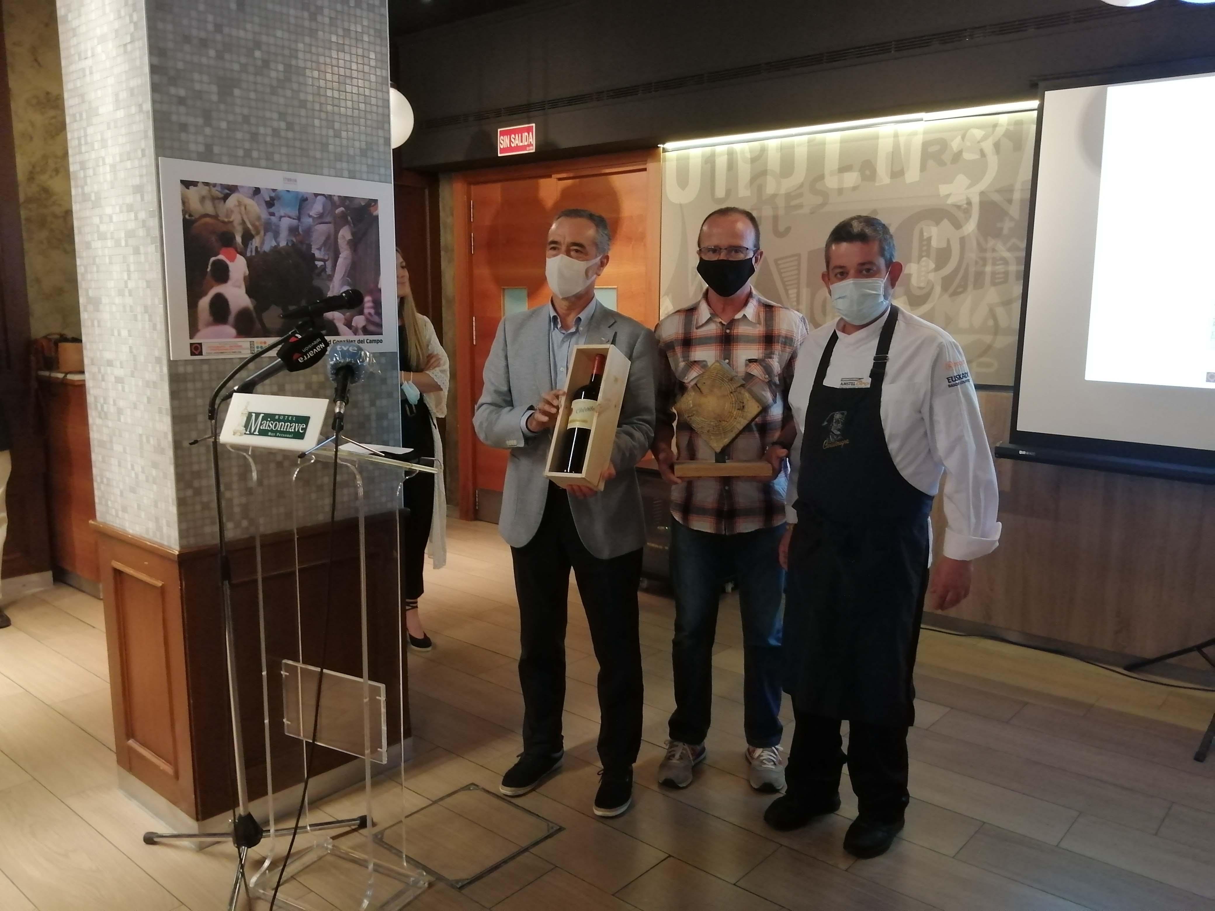 Carlos Mediavilla recibe un premio especial de Ulises Mejías, del restaurante Ansolega 33 Con J.L. Díez